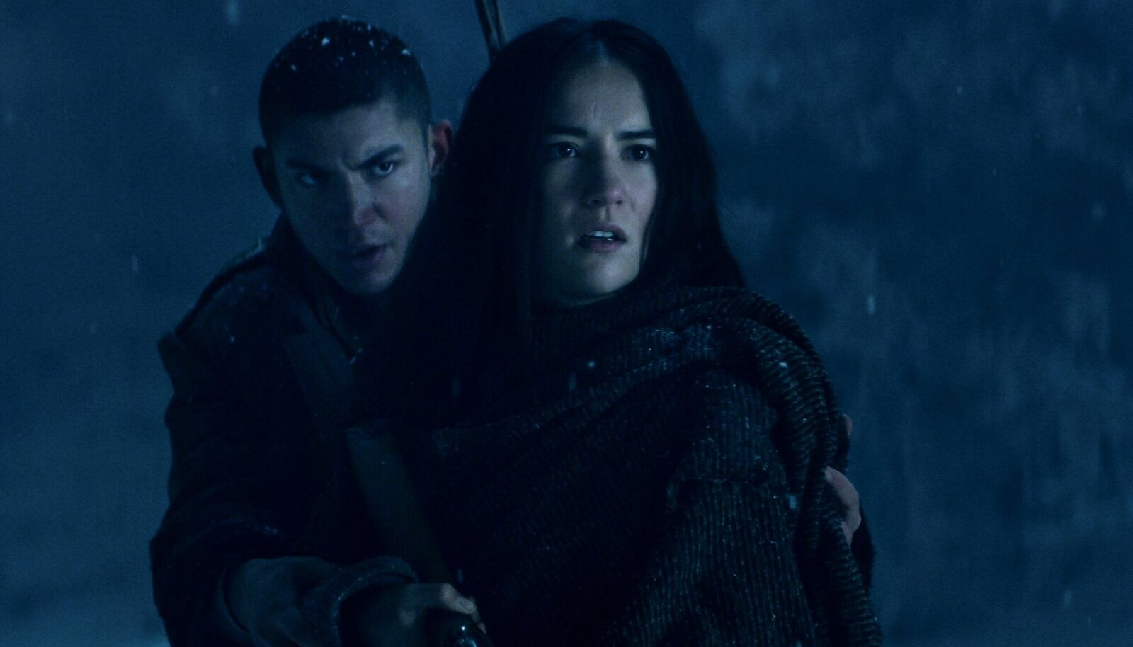 TEENIVAD RAVKA ESIMESES ARMEES: Alina Starkov (Jessie Mei Li) ja Mal Oretsev (Archie Renaux).