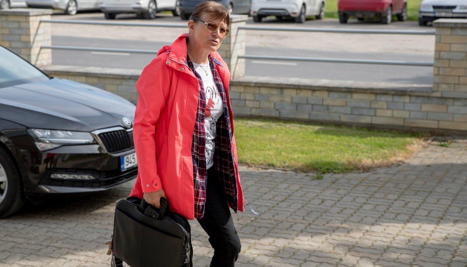 Malle Kobina kohtuprotsess sai alguse 2020. aasta veebruaris, kui prokuratuur saatis tema kohta kohtusse süüdistuse viie alaealise kasulapse kehalises väärkohtlemises ja neilt vabaduse võtmises.