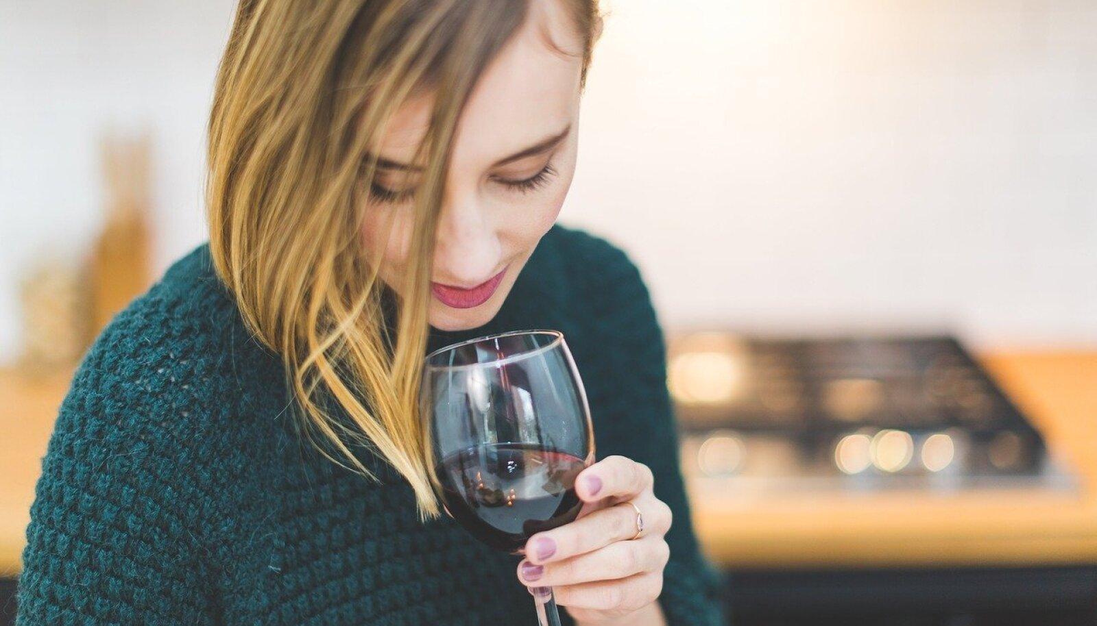 Kas imetav ema tohib klaasi veini juua?