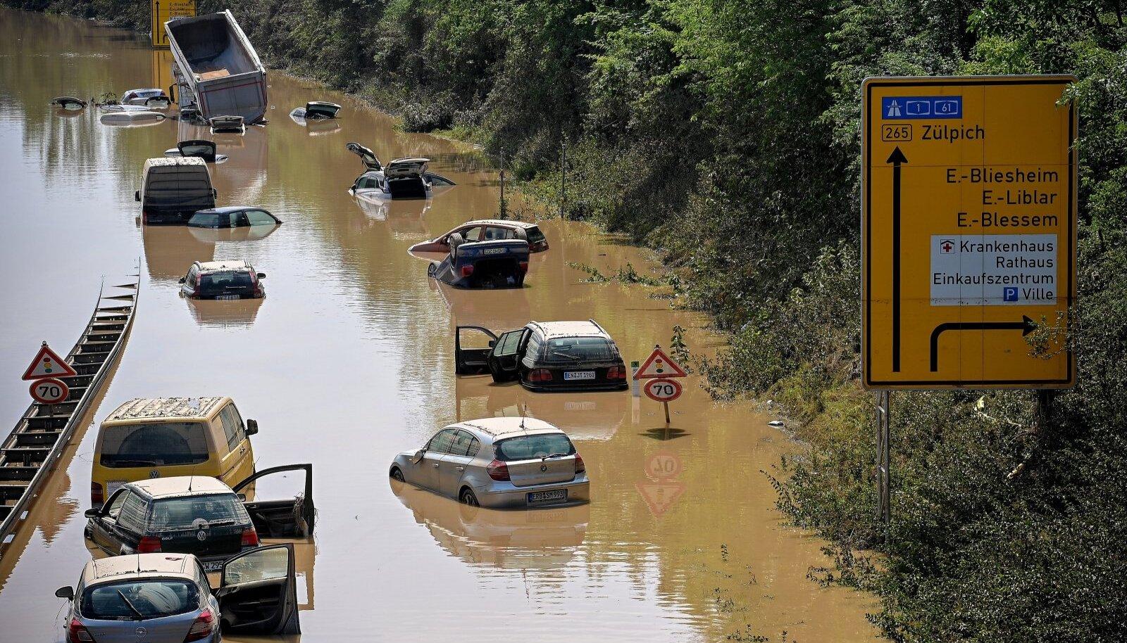 Uppunud autod ja veokid Erftstadti lähistel maanteel. Lääne-Saksamaale jõudnud rängad vihmasajud tõid kaasa üleujutused, mis lõhkusid maju ja pühkisid oma teelt autosid.