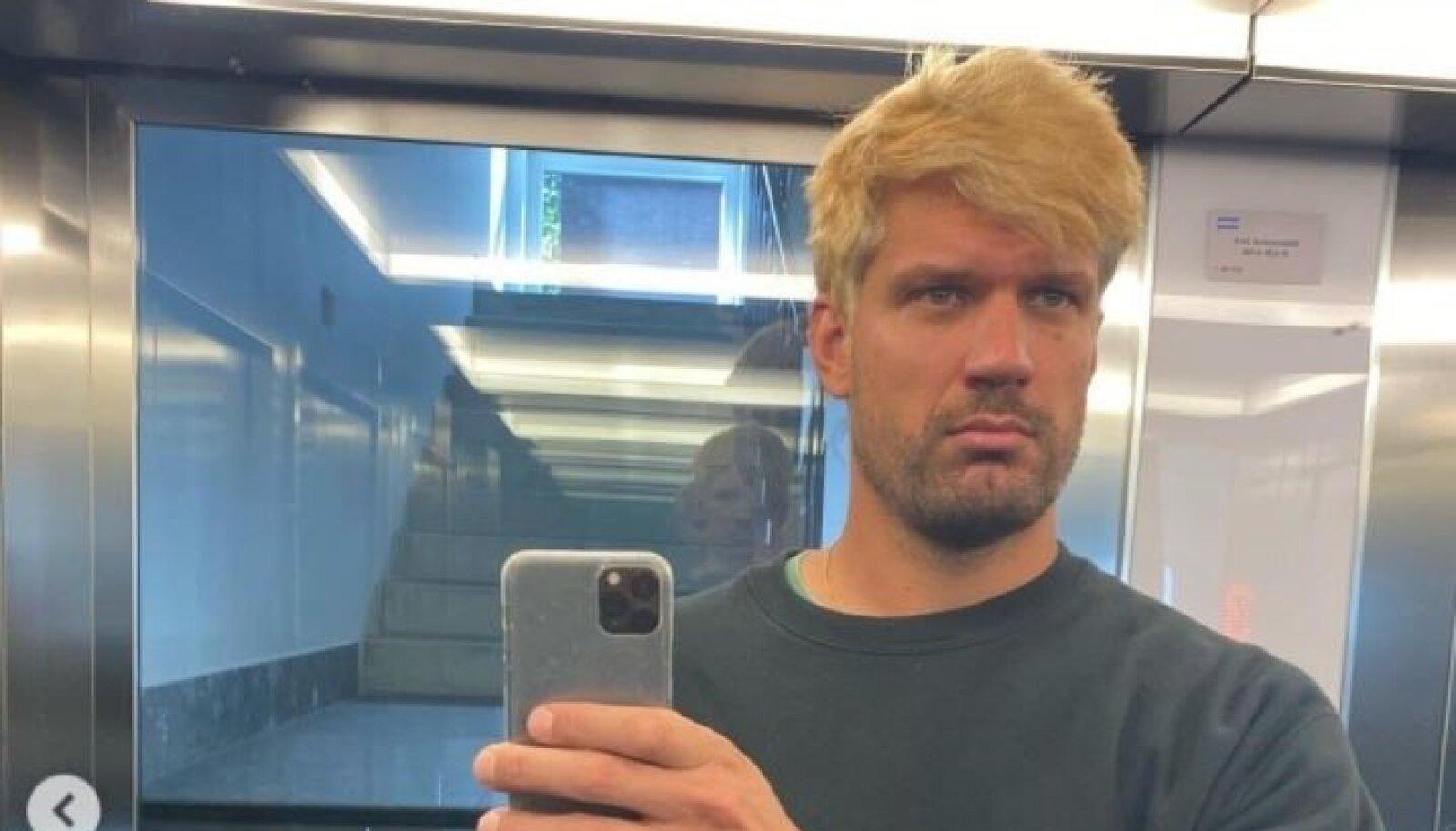 Räppar reket värvis pea blondiks.