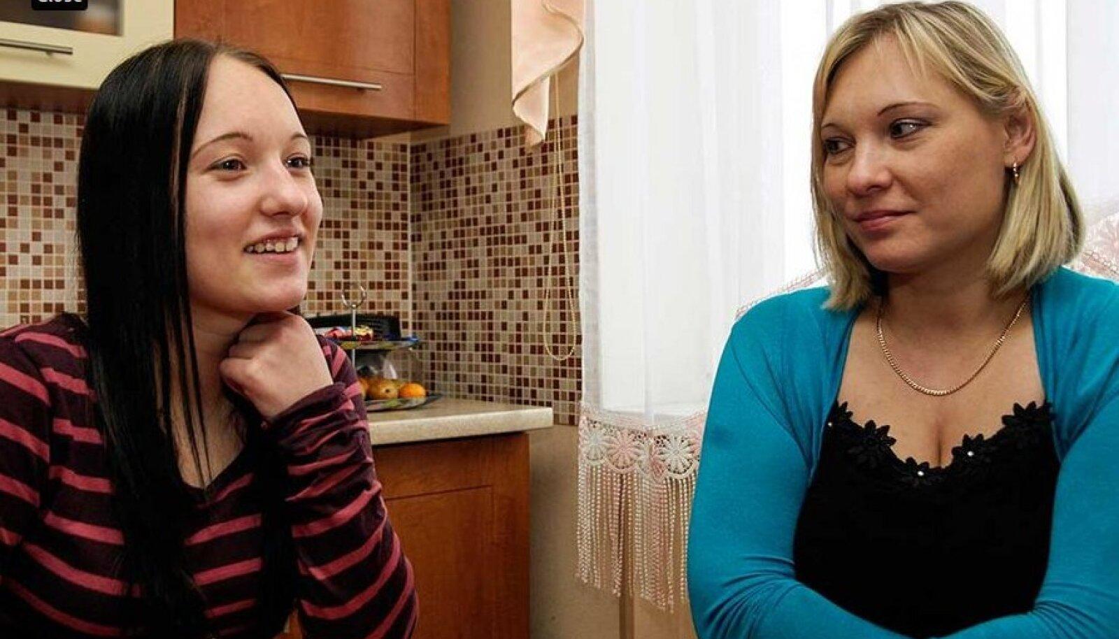 Kristina ja Irina: Ehkki Kristina Brujeva (vasakul) on igati eeskujulik Eesti kodanik, tahab riik talt  kodakondsust ära võtta. Ema Irina ei saa aru, miks bürokraadid last kiusavad.
