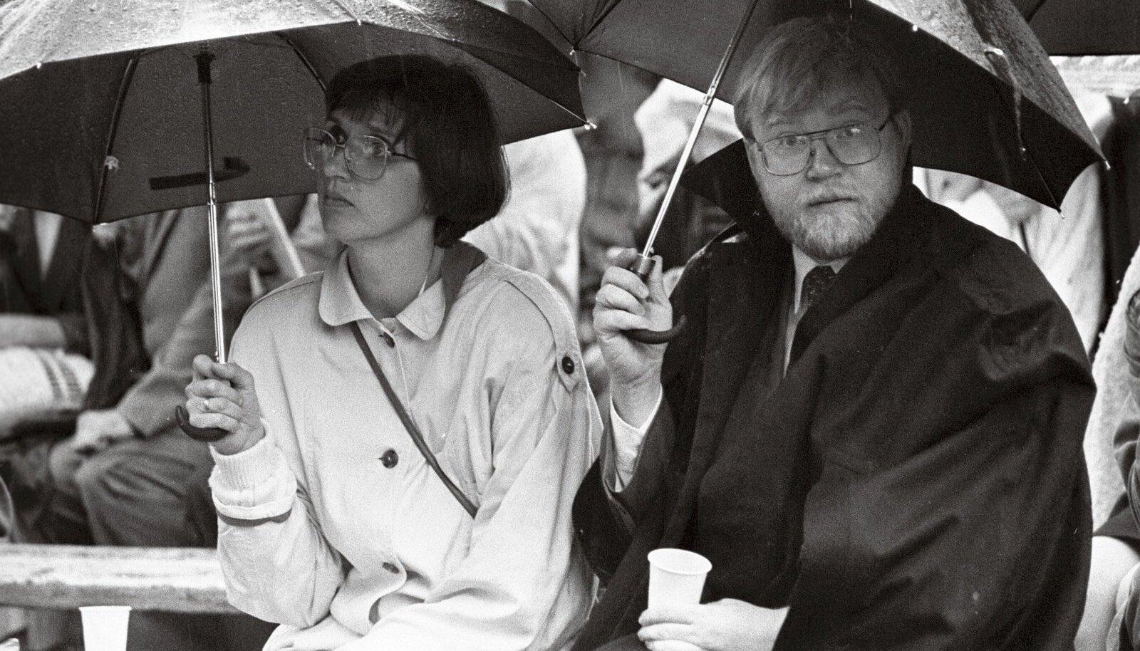 Mart Laar abikaasa Katriniga vihmamantlitesse pakituna esireas.