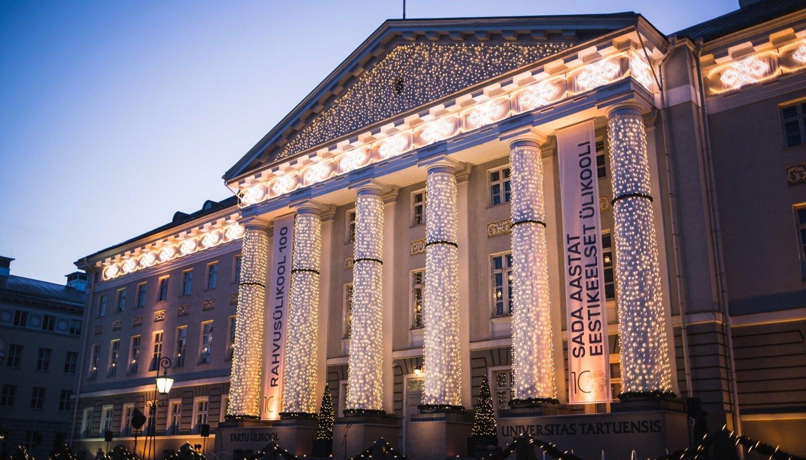 Tartu ülikooli peahoone TÜ 100 tõrvikurongkäigu ajal. Soov eestikeelset kõrgharidust omandada on suur, kuid eriti magistriõppes pole selleks eriti valikuvõimalusi.