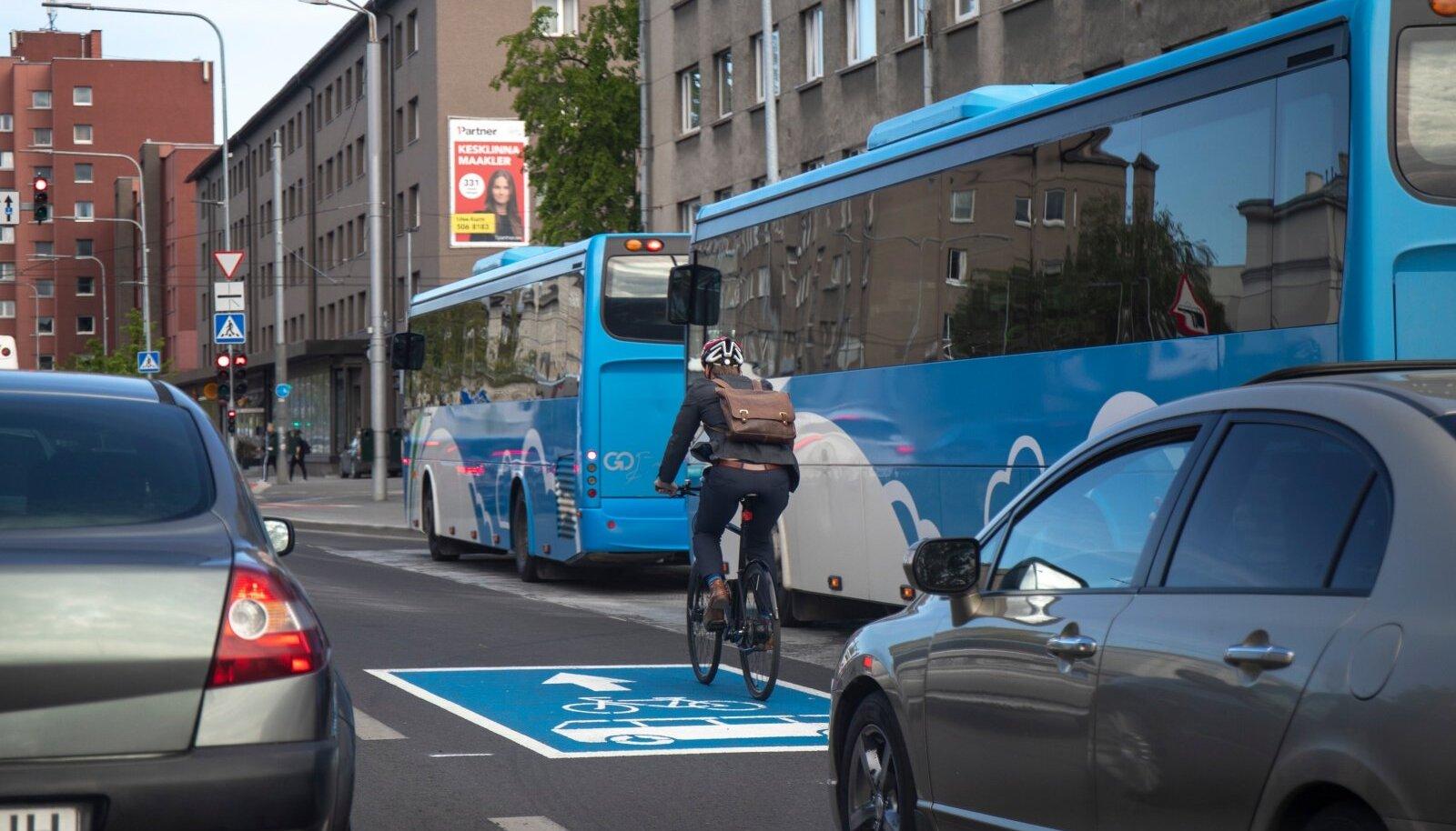 Kesklinna loodeti rattateid saada ka eelmisel aastal, kuid siis tegi linn hoopis kõige kehvema sammu - suunas jalgratturid sõitma bussiradadele.