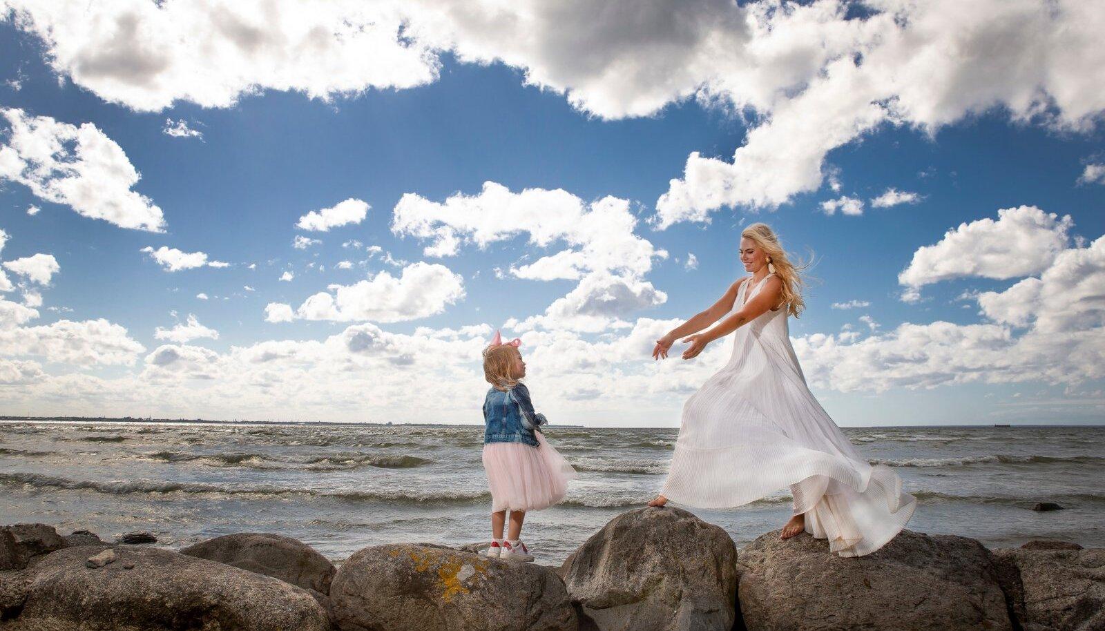 Kristiina Heinmets koos tütrega.