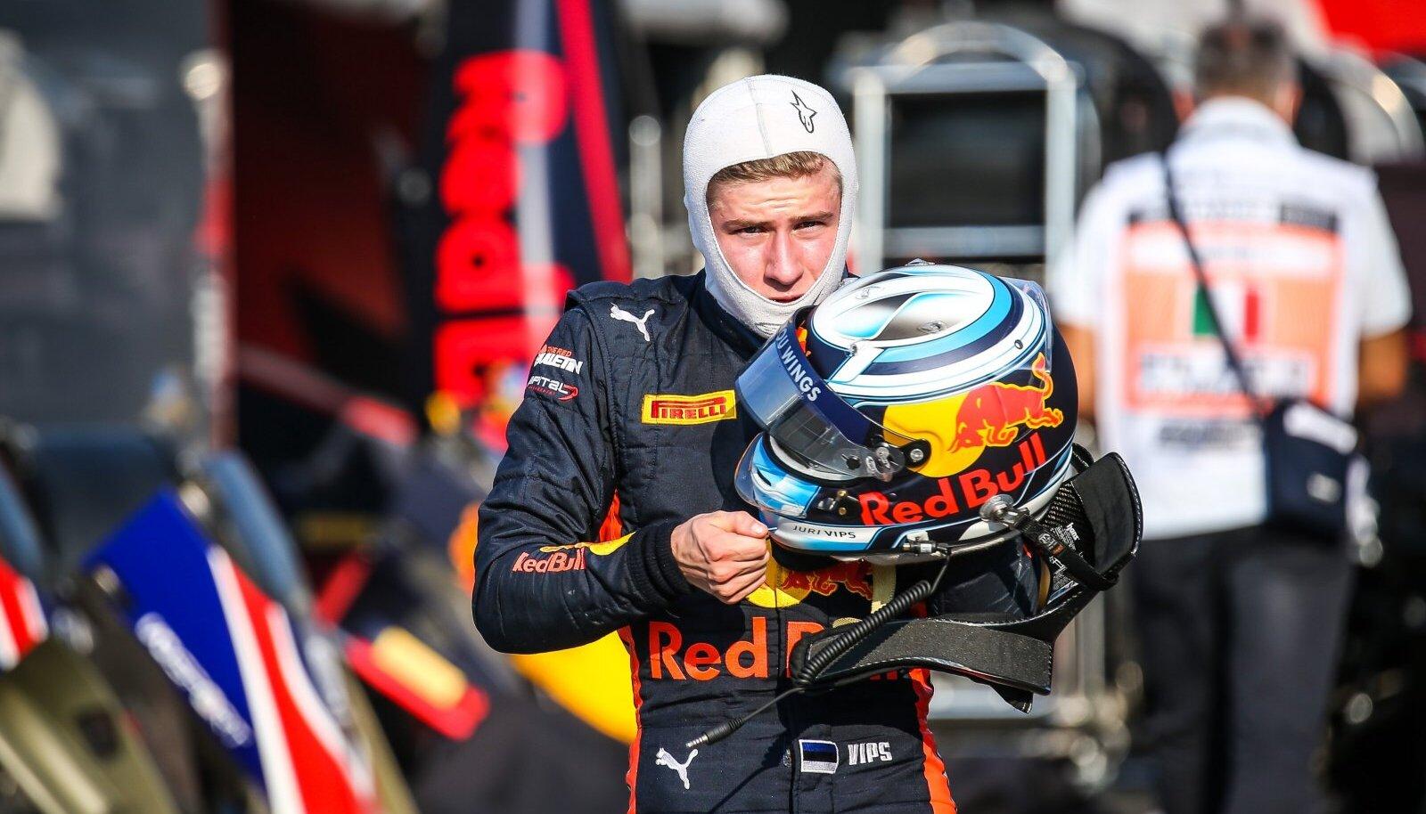Jüri Vips saab näidata, kuidas tuleb F1 autoga toime.