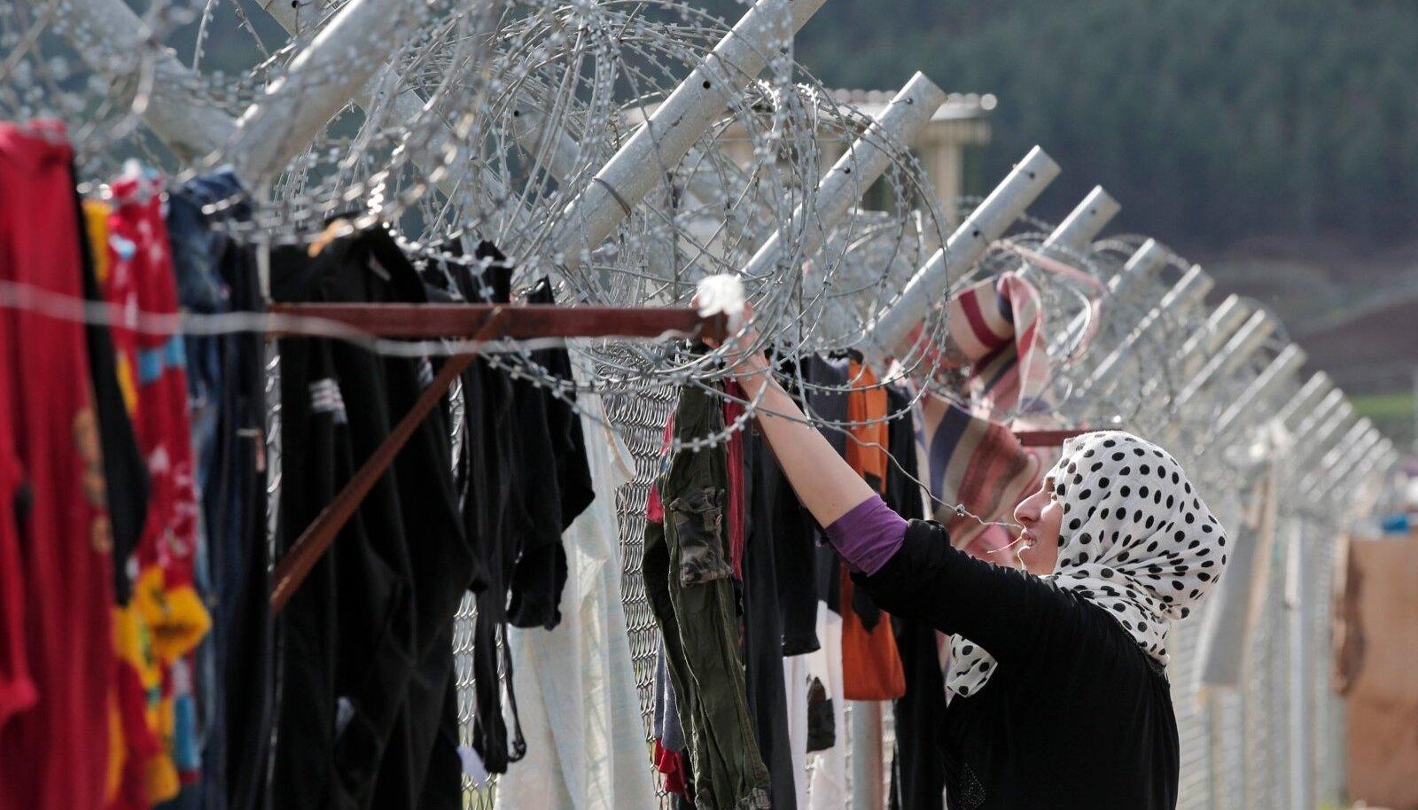 Süüria põgenik kuivatab Türgi piiri äärsel okastraataial pesu.
