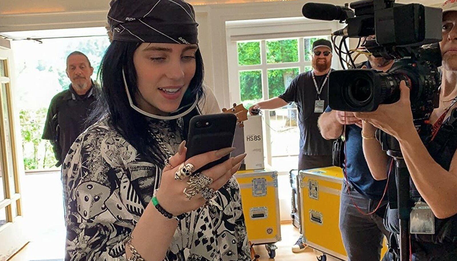 """NETITÄHEST ÜLEILMSEKS LEMMIKUS: Kaks tundi ja 20 minutit kestvas dokumentaalis """"Billie Eilish:The World's a Little Blurry"""" rullub lahti lugu, kuidas kodus koos vennaga muusikat salvestavast neiust tema muusika toel megastaar sirgub."""