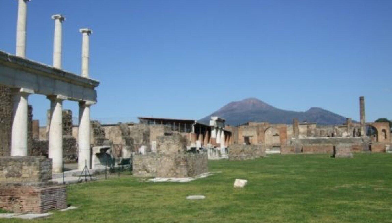 Aastal 79 m.a.j mattus Pompeji linn Vesuuvi (fotol tagaplaanil)  vulkaanilise tuha alla, kui vulkaan purskama hakkas. Tuhakiht oli  7–9 meetri paksune. Varemete väljakaevamist alustati XVIII sajandil. Foto: Toivo Tomingas