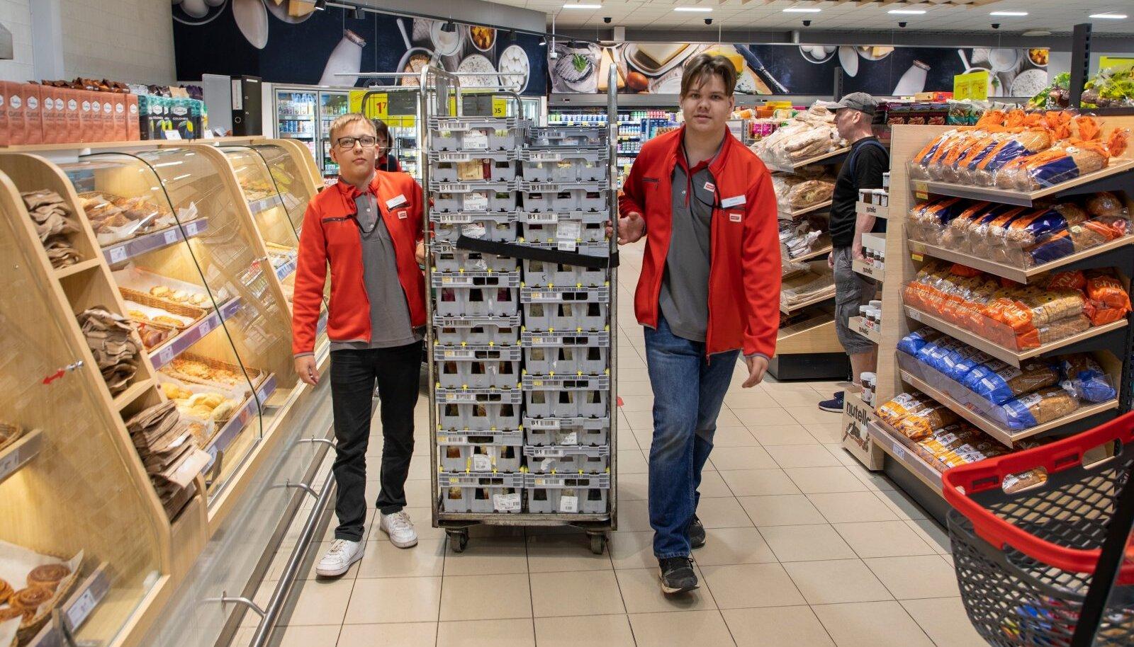 Tanel Purv ja Sander Võsu leidsid suvetöö Tabasalu Rimis. Nad nendivad, et alaealisena on tööelu alustamine raske ja seetõttu oli palgast olulisemgi kogemuse saamine.