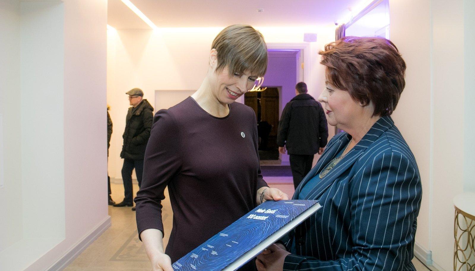 """Maarjamäe lossi taasavamise peol eelmisel nädalal kinkis ajaloomuuseumi direktor Sirje Karis raamatu """"Meie Eesti. 100 aastat"""" ka presidendile."""