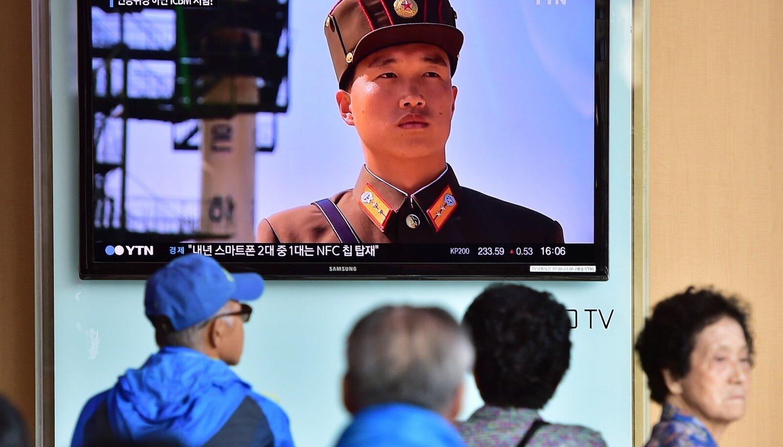 Lõuna-Korea pealinna elanikud jälgivad Põhja-Korea tuumaprogrammist rääkivat saadet.