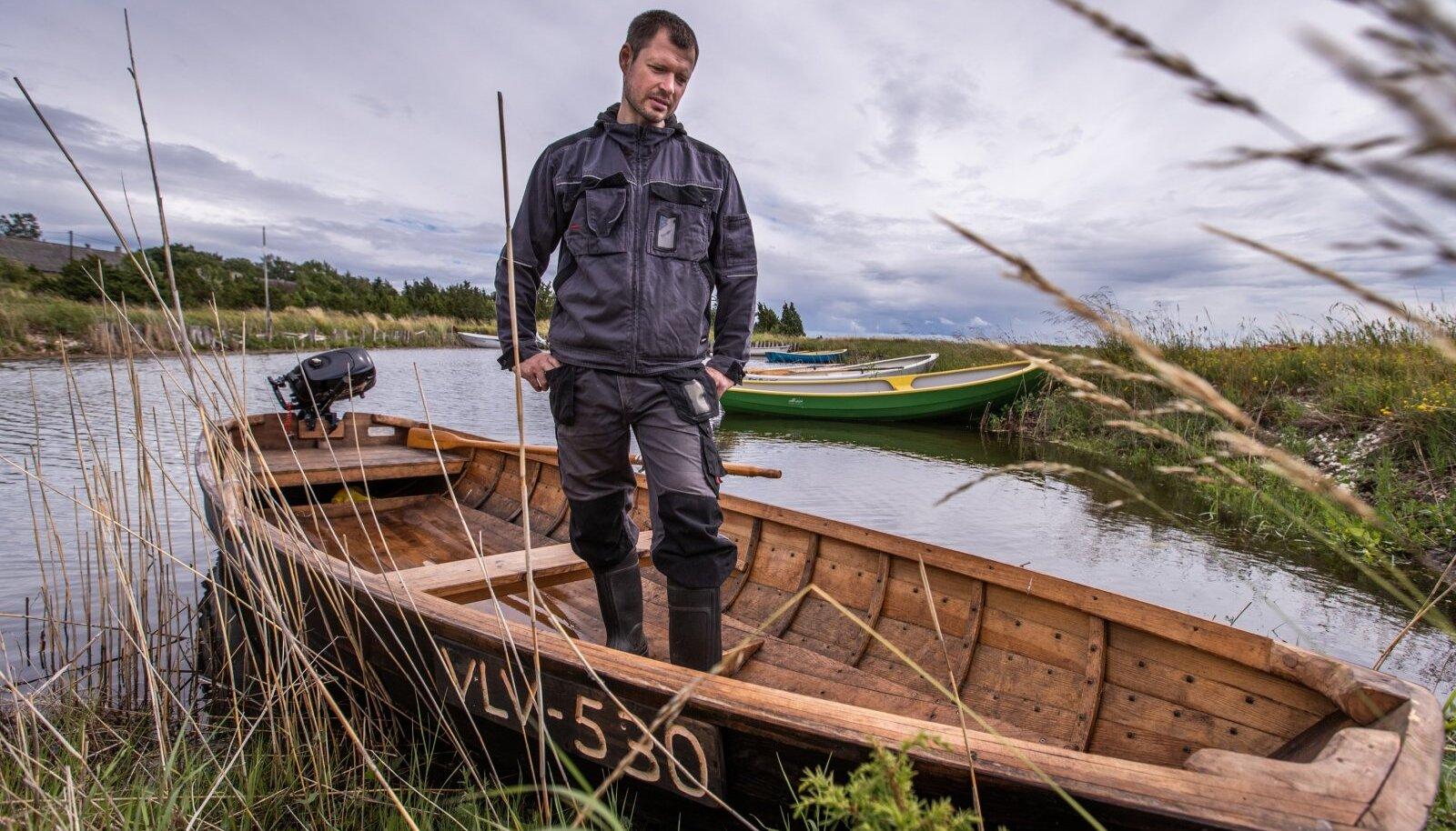 Vormsilane Algor Streng näitab möödunud aastal valminud puupaati, millega käib kalal.