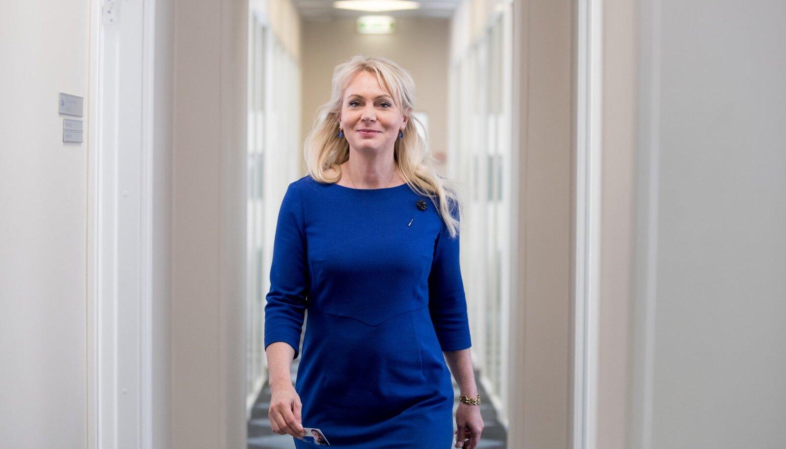 """VARES! Riina Solman ütleb, et lindudena saaks poliitikas kõige paremini hakkama varesed. """"Nad on nutikad. Ükspäev nägin laste lõunauinaku ajal lasteaia hoovis varest palli mängimas, tal oli väga lõbus."""" Vähetähtis pole ka asjaolu, et ministri neiupõlve nimi oli Riina Vares."""