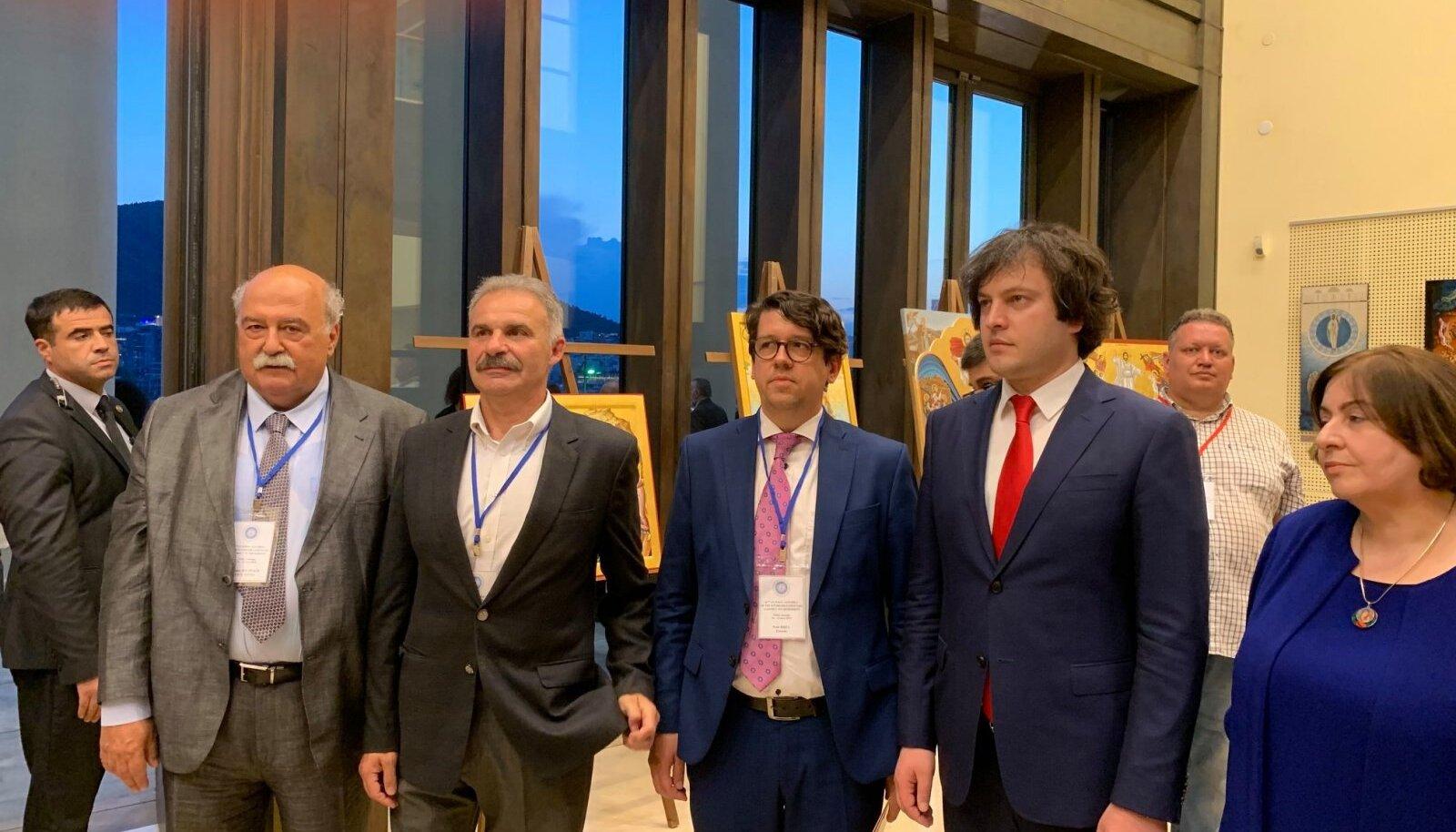Priit Sibul, kelle vasakul käel on Irakli Kobakhidze, kelle tagasiastumist grusiinid nõuavad