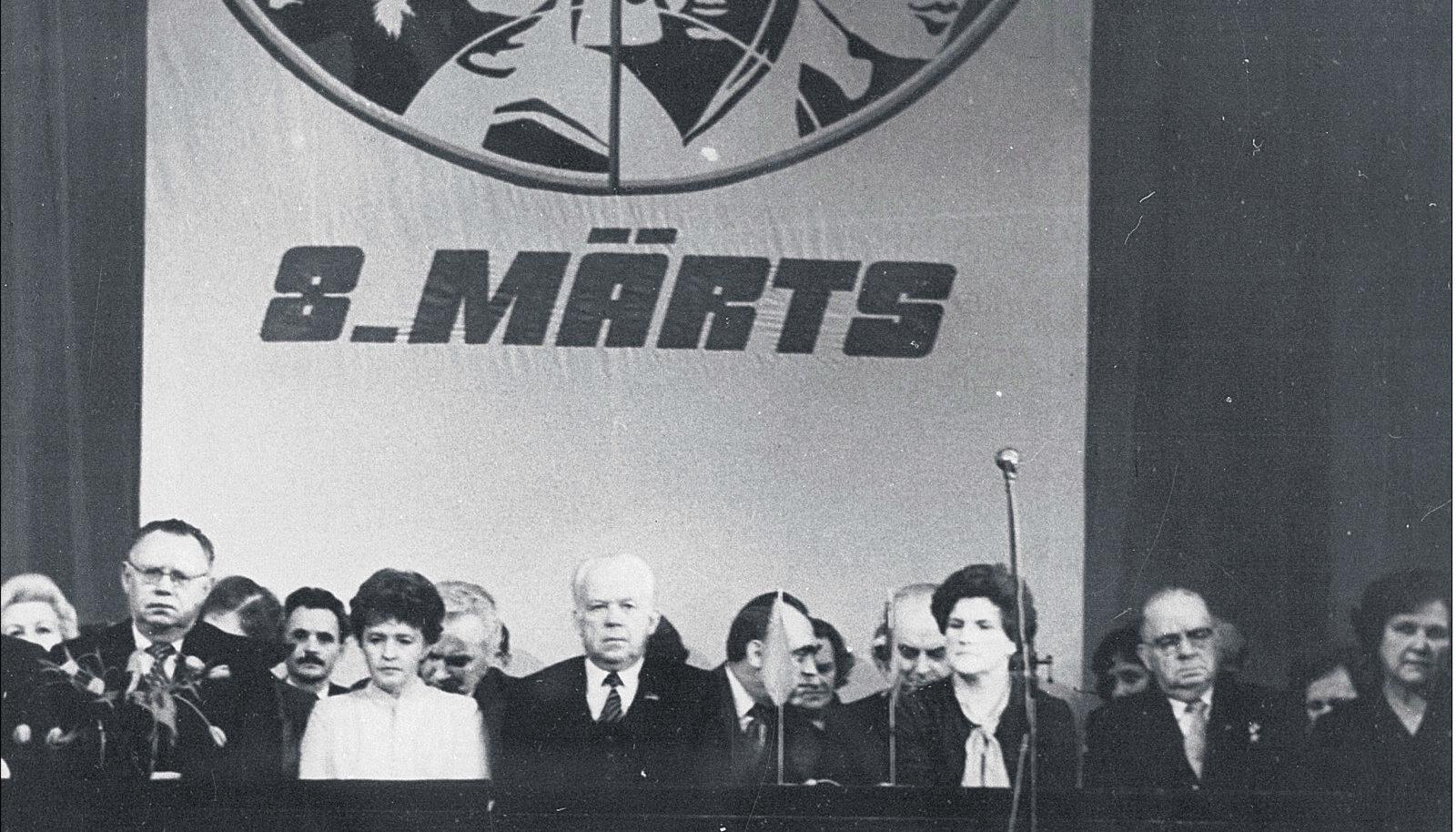 Pidulikult naistepäevale pühendatud aktuselt ei puudunud kunagi tähtsatest riigitegelastest  ja parteijuhtidest koosnev presiidium. 1982. aastal istusid presiidiumi esireas EKP Keskkomitee  esimene sekretär Karl Vaino, ENSV Ülemnõukogu presiidiumi esimehe