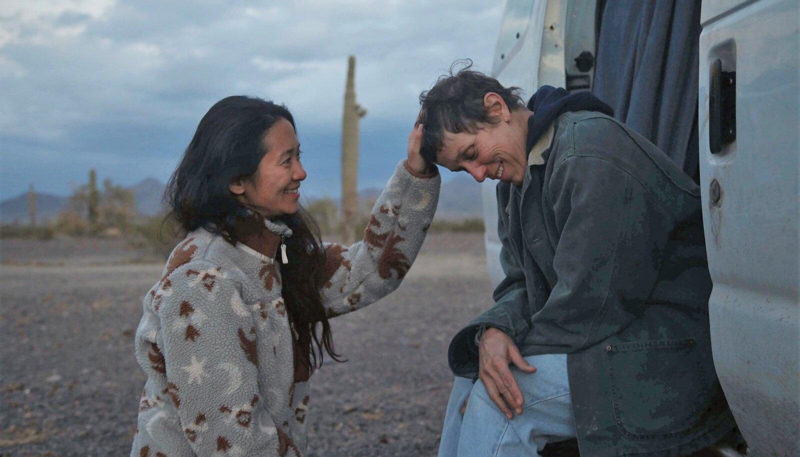 """MIDA ON ÕNNEKS VAJA? Režissöör Chloé Zhao ja näitleja Frances McDormand (autos) """"Nomaadimaa"""" võtteplatsil."""