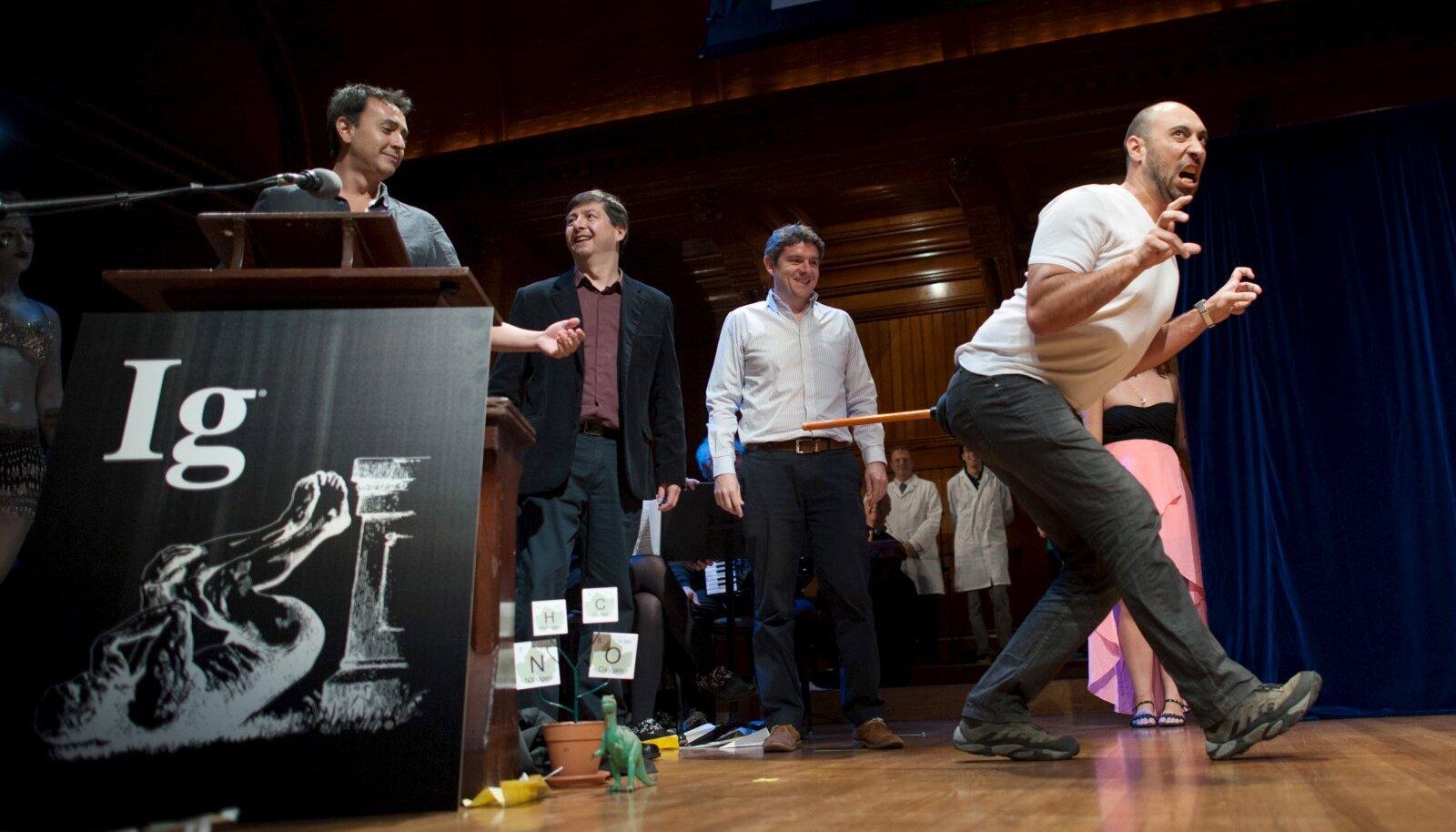 Bruno Grossi esitleb, kuidas kõnnib kana, kui tal kepp saba külge panna.