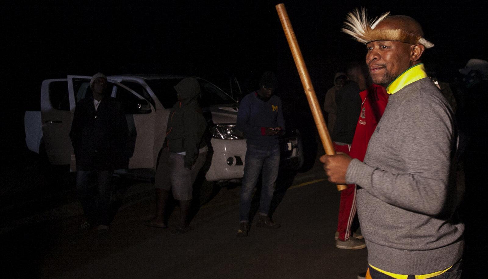 Jacob Zuma poeg Edward eile tema residentsi juures. Kartused, et toetajad püüavad Zumat politsei käest päästa, ei täitunud.