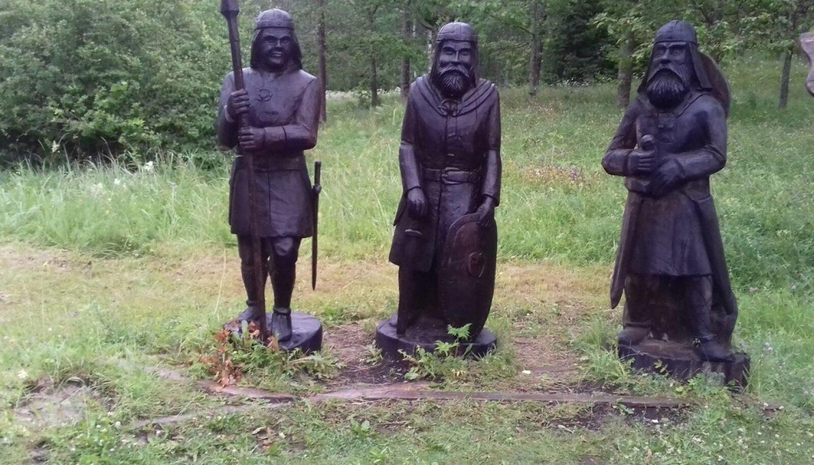 Varbola linnuse teemapargist varastati puust kuningas.