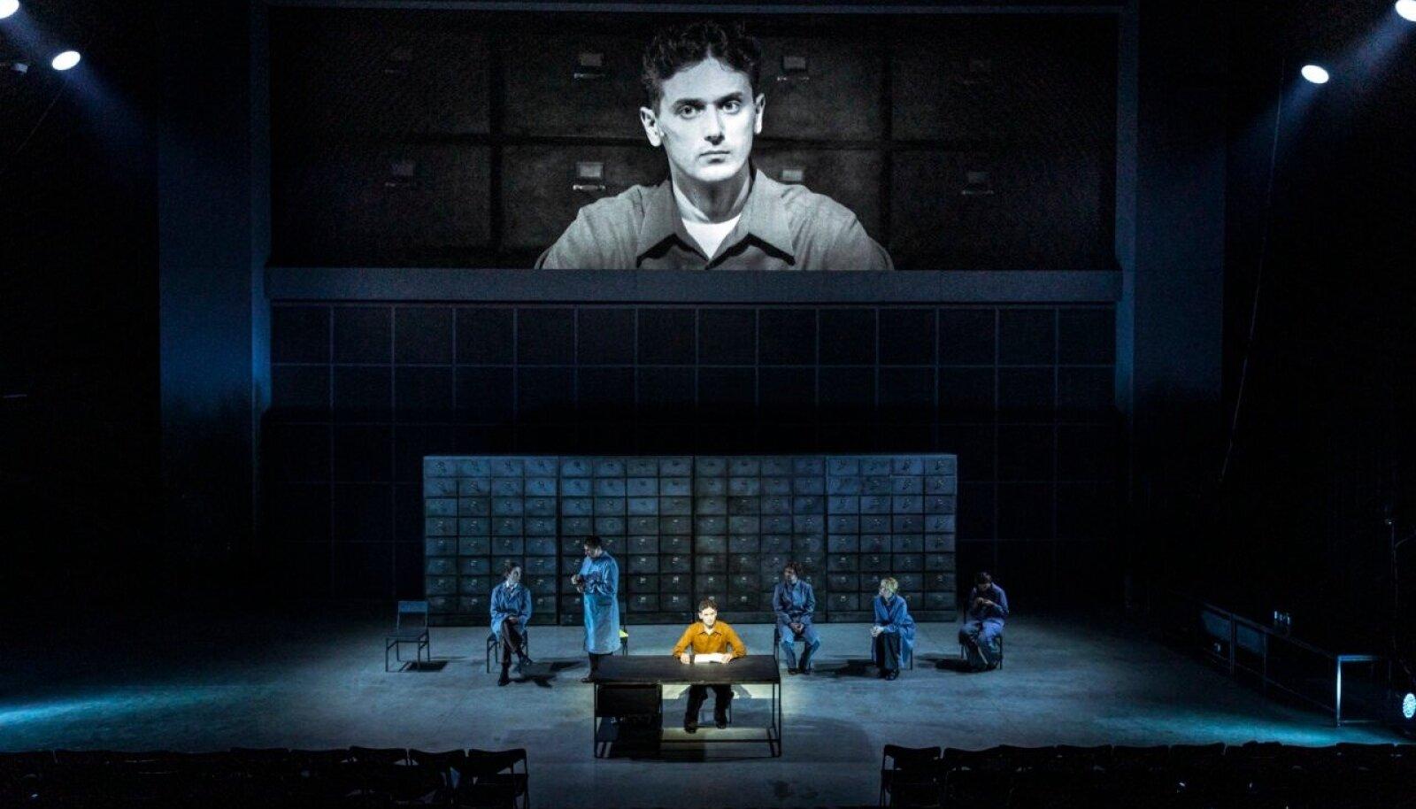 """KULTUSROMAAN TEATRILAVAL: George Orwelli romaani """"1984"""" lavaversioonis astub peategelase Winston Smithi rollis üles Robert Annus."""