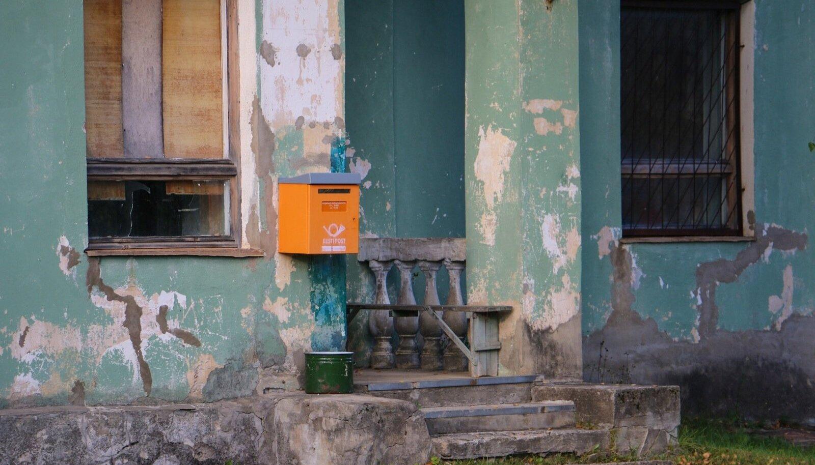 Eesti Posti postkast mahajäetud maja küljes