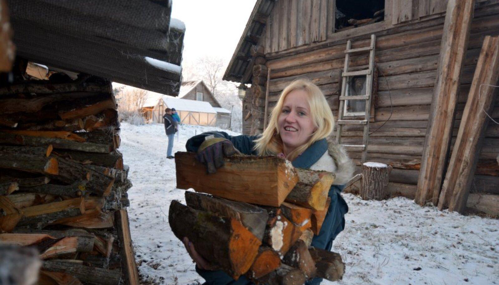 Ülle Hollo suitsusaunapäev on kiire: tuli ahju; siis abikaasa Lauri, kes Soomest naases, linnast koju; siis puid ahju lisaks. Alles siis sauna!