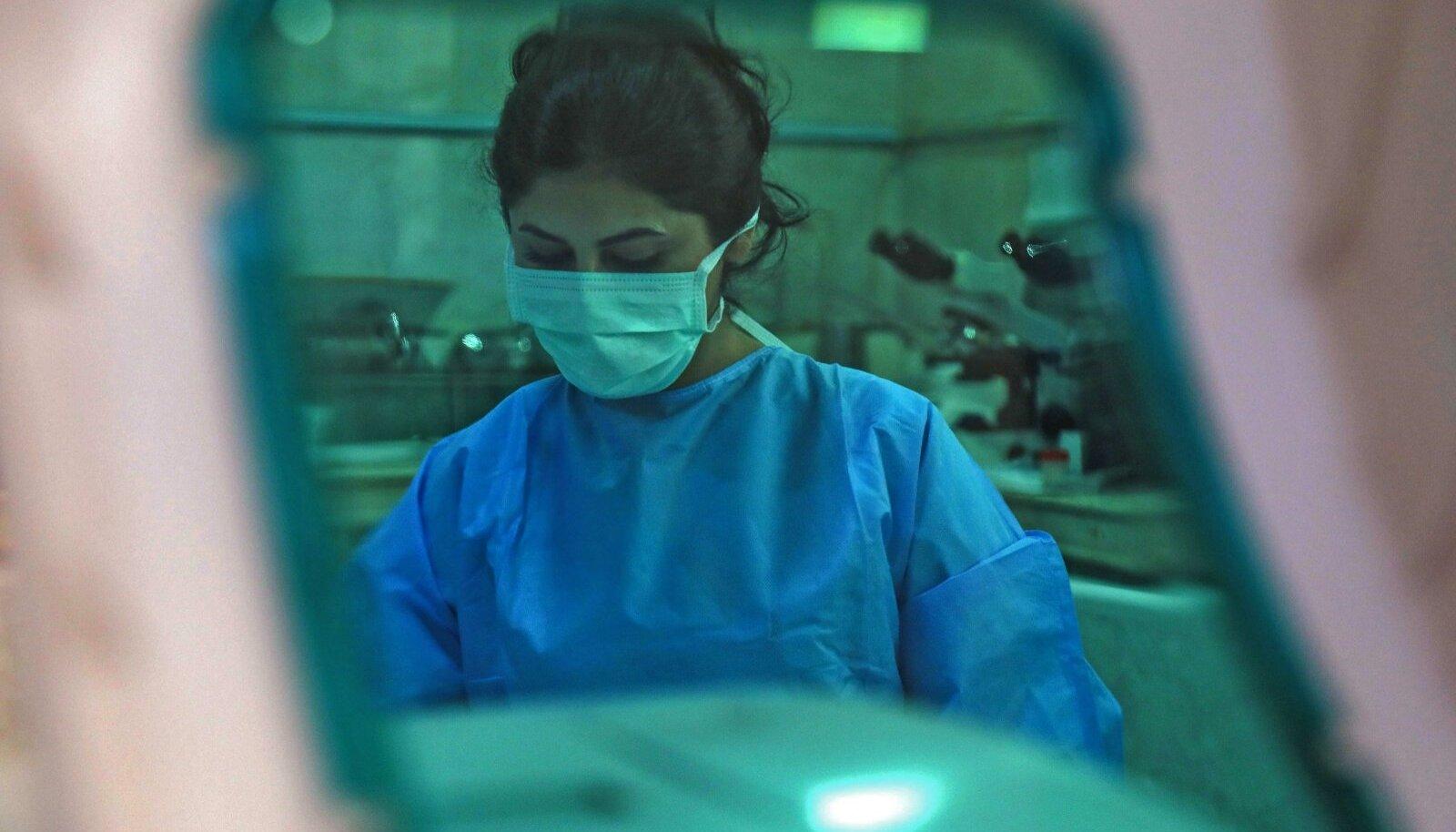 VIIRUS MURRAB: Iraagi meditsiinitöötaja Dahūki linnas koroonahaigetelt analüüse võtmas. Ametlikel andmetel on Iraagis koroonaviiruse põdemise tagajärjel surnud ligi 19 000 inimest. Tegelik surmade arv on tõenäoliselt palju suurem.