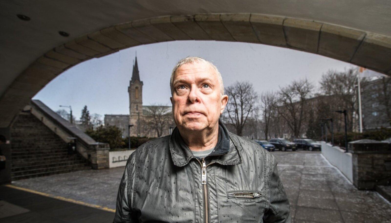 Igor Volke teab, kus seista –  silme ees rahvusraamatukogu,  selja taga plats, kuhu kunagi pandi pronkssõdur;  Kaarli kirik, kusagil seal nurga peal Okupatsioonide Muuseum ja käeulatuses Toompea...  See on tema sõnul väga energeetiline piirkond.