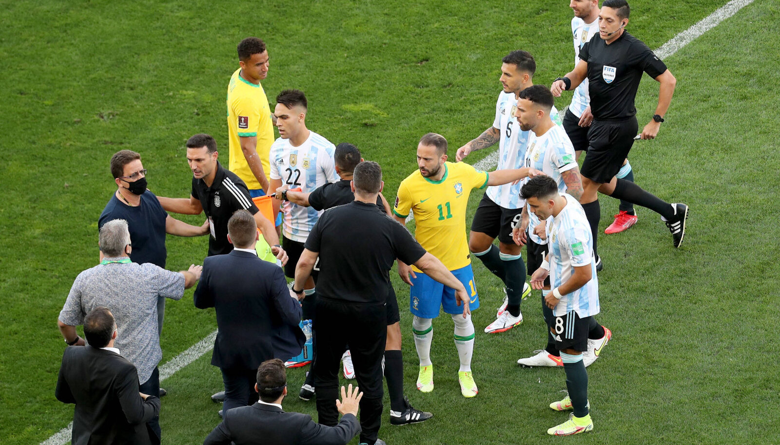 Brasiilia - Argentina MM-valikmäng oli kestnud vaid viis minutit, kui kohalikud terviseametnikud väljakule tormasid.