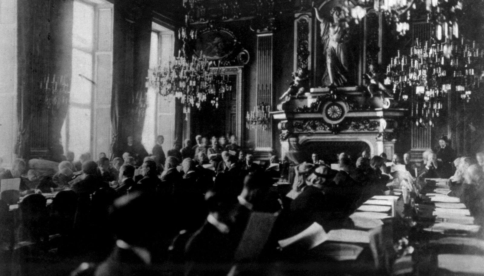 Pariisi rahukonverents kestis jaanuarist 1919 kuni jaanuarini 1921. Konverents kutsuti kokku pärast Esimest maailmasõda ja Eesti delegatsioon võttis sellest osa vaatlejana. Eestil jäi Pariisist veel de iure tunnustus saamata, küll aga saadi palju häid kontakte ja abi.