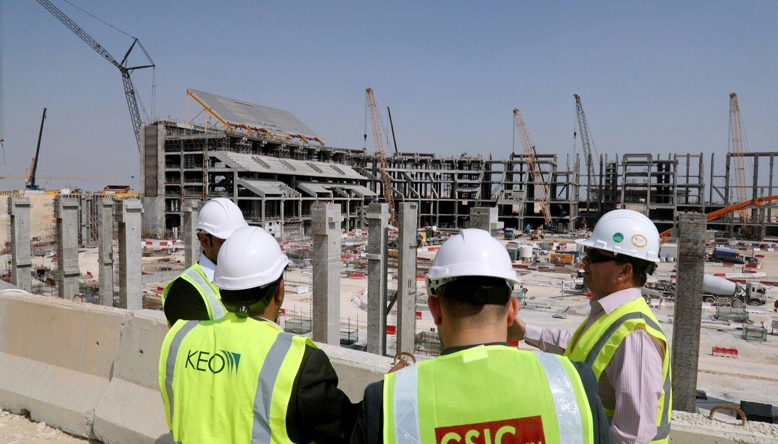 On prognoositud, et kui Katar saab valmis oma suurehitised 2022. aasta jalgpalli MM-iks, on nendel hukkunud juba 4000 ehitajat. Pildil ehitustööd Al-Khori linnas Al-Bayti staadionil