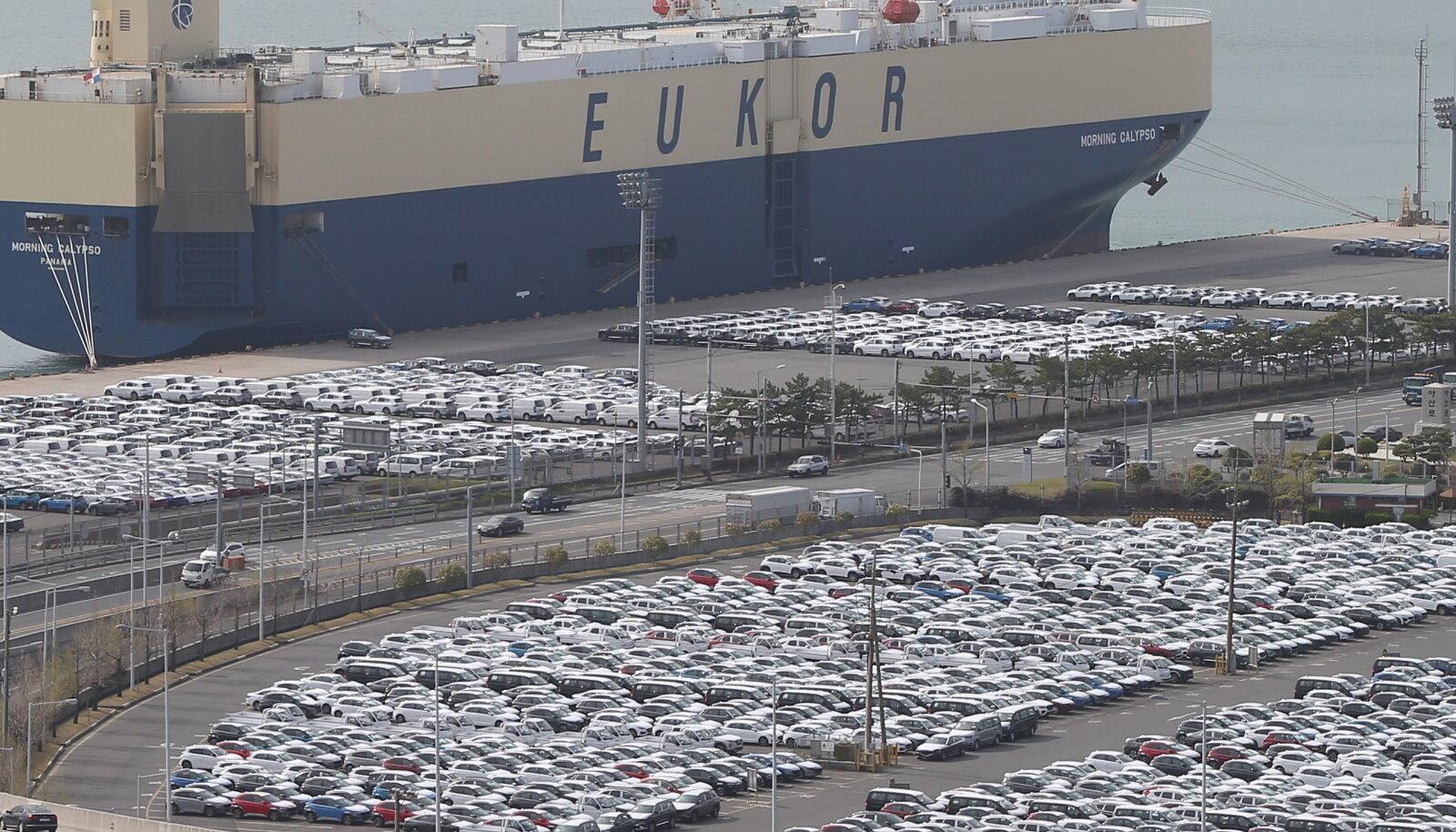 Autod ootavad laevale laadimist