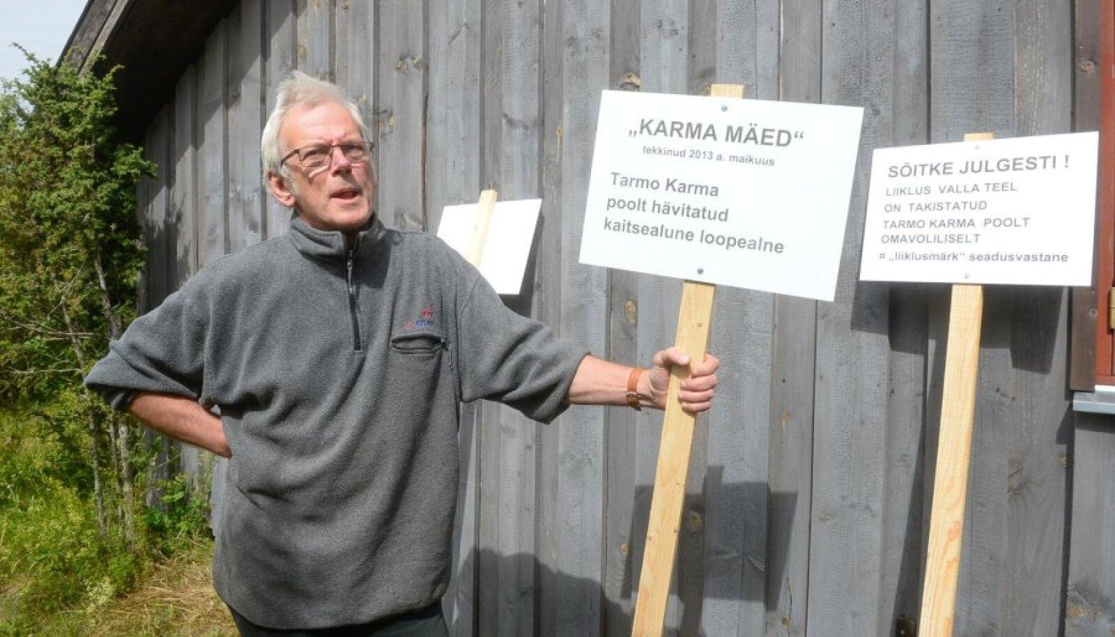 """Kunstnik Rait Prääts korraldas reedel silte üles pannes enda sõnul performance'i, sest olukord on nii absurdseks muutunud. """"Karma mägede"""" silt viitab Karmade ehitusest tekkinud pinnase ladustamisele looduskaitse all olevale alale Väino Lodi krundil."""