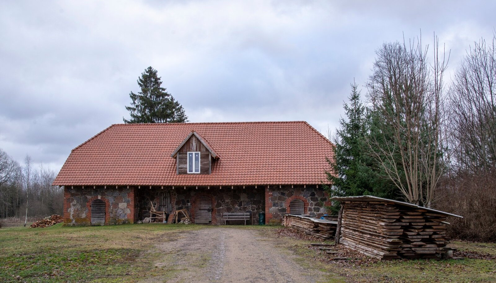 Villemi talu renoveerimist on alustatud aidahoonest – vahetatud on katus, aknad on välja vahetatud.