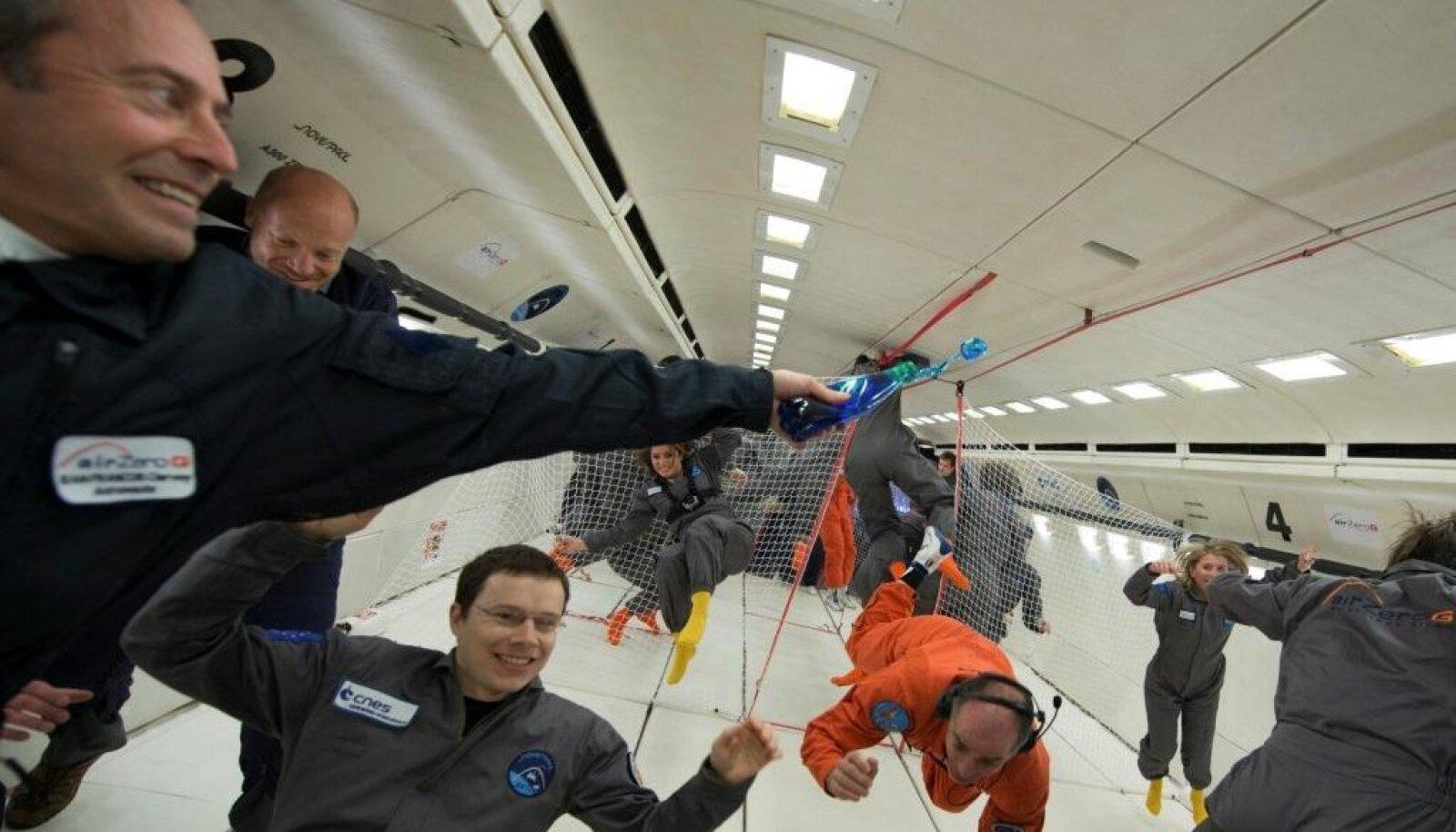 Zero G lend kaaluta olekus. https://www.airzerog.com/en/fly-weightless