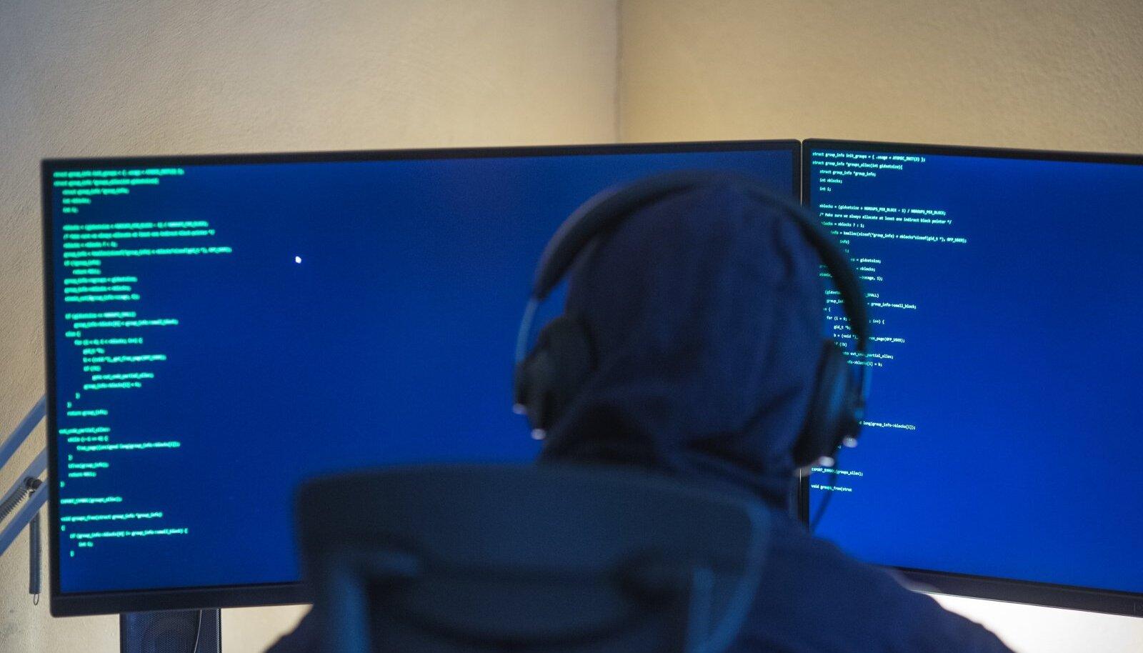Mees arvuti taga