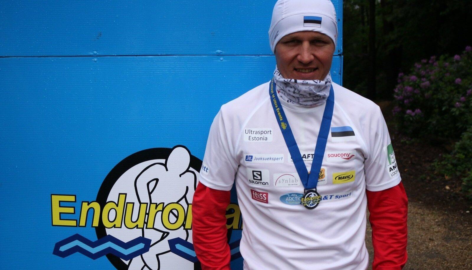 Rait Ratasepp neljakordse distantsi eest saadud Enduromani medaliga.
