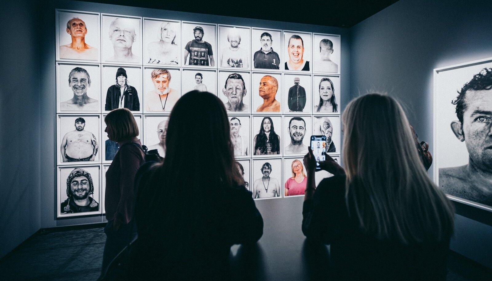 """Fotografiska keskus pikendas Bryan Adamsi fotonäituse """"Päevavalgel"""" lahtiolekuaega juunini. Näituseplaane on pidanud ümber tegema enamik muuseume ja galeriisid."""