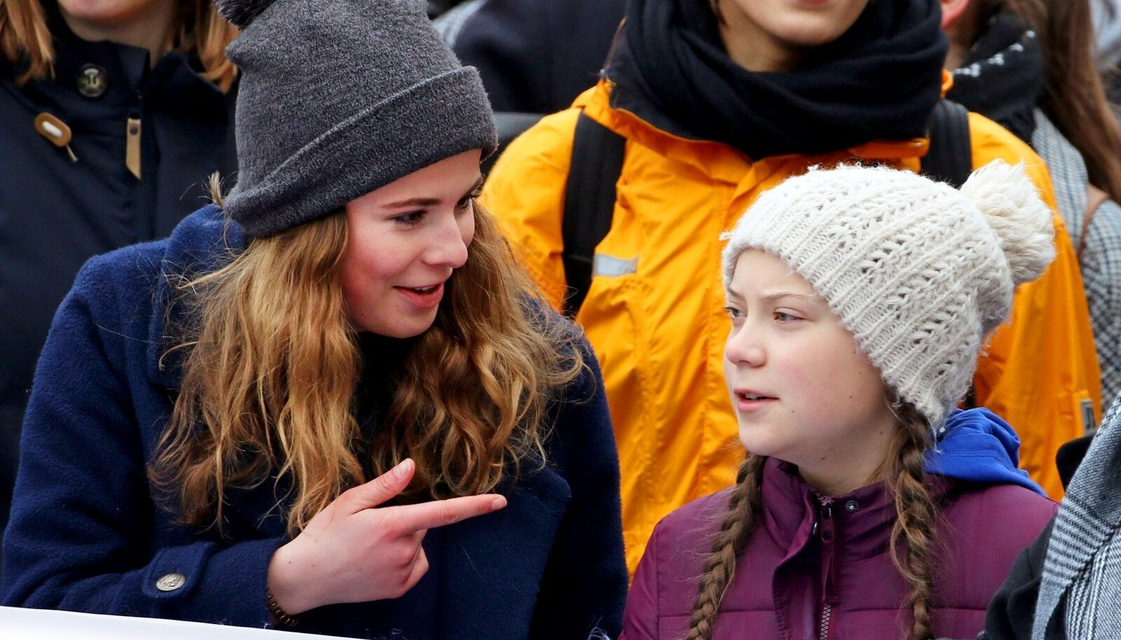 VÕITLUSKAASLASED: Põhikooli õpilane Greta (paremal) ja geograafiatudeng Luisa (vasakul) 1. märtsi meeleavaldusel Hamburgis. Gretat võeti vastu nagu popstaari. Tema ihukaitsjateks oli neli politseinikku.