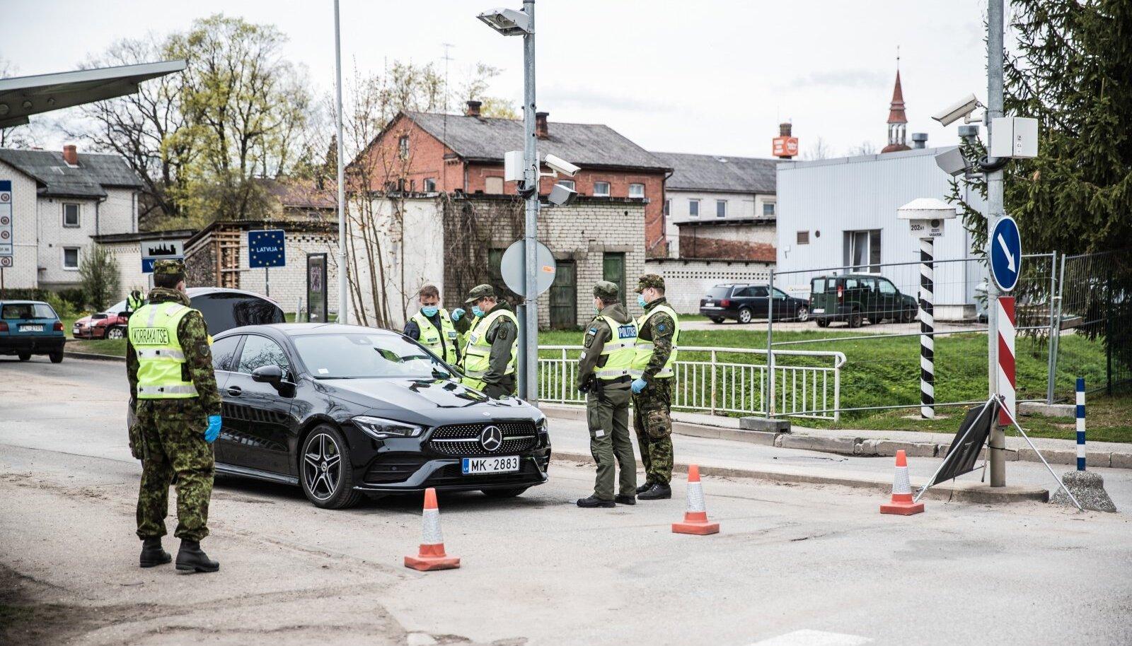 Valga piiripunktis saatis politsei täna tagasi ühe Läti auto, mis proovis Eestisse sõita