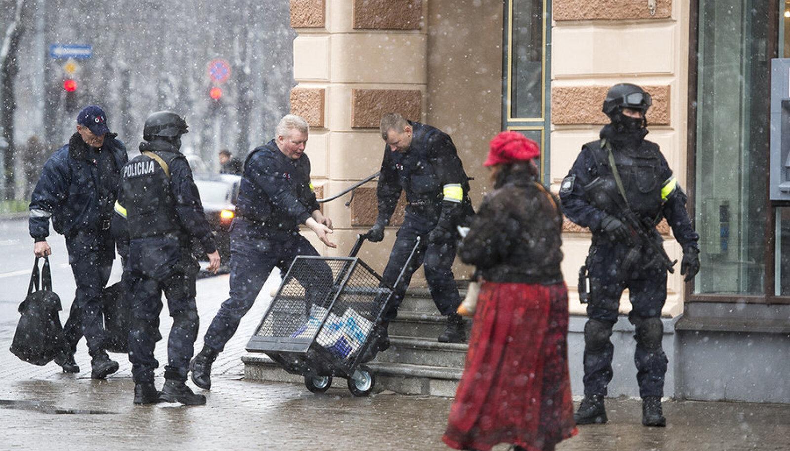 Euro tuleb Lätisse, abiks mustad maskid, automaadid ja kuulikindlad vestid. Täna algas riigis euroraha stardikomplektide müük.