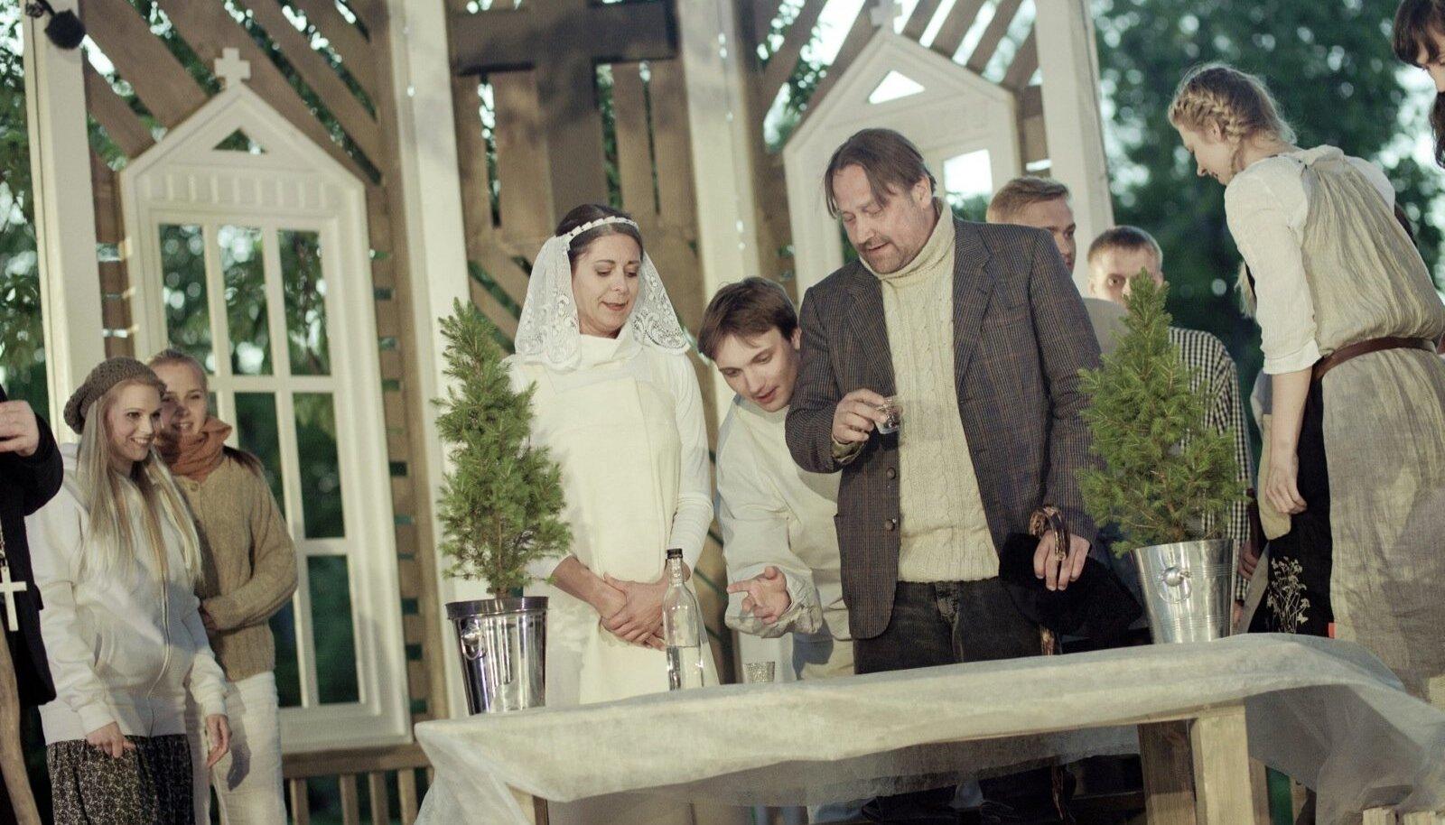 Üllar Saaremäe roll küla looja ja vanema Eemeli Toropainenina on üks näitleja võimsamaid. Ülle Lichtfeldt esines heas mõttes stambis.