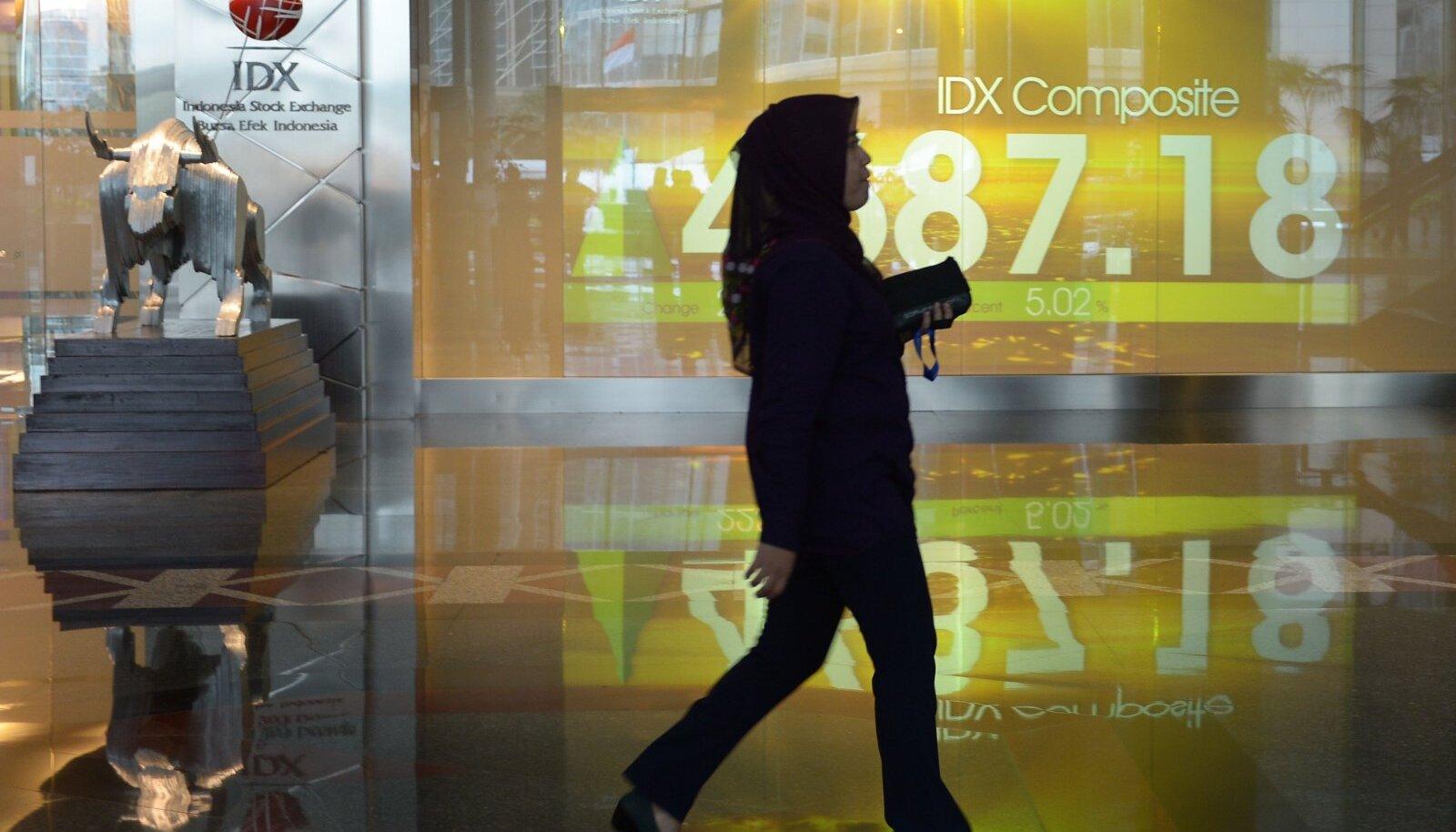 Inimene möödub Indoneesia börsihoonest