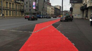 Велосипедистов просто не замечают в этом буйстве краски: что не так с новыми велосипедными дорожками в Таллинне?