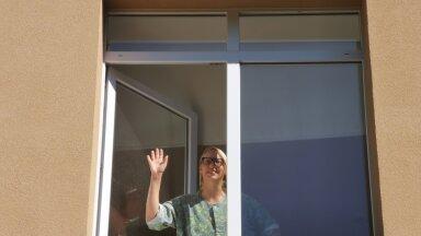 Loo autor Marian haiglas enne oppi. Koroonameetmete tõttu sinna külastajaid ei lubatud ja nii suhtlesid nad elukaaslasega läbi akna nagu Romeo ja Julia.
