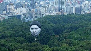 ВИДЕО | Над парком в Токио целый день летала гигантская серая голова. Зачем нужно было это устрашающее зрелище?