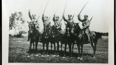 Mõõkadega mehed hobuste seljas