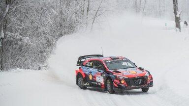 Ott Tänak ja Martin Järveoja kogusid Otepääl Hyundaiga talvistel teedel sõitmiseks teadmisi.